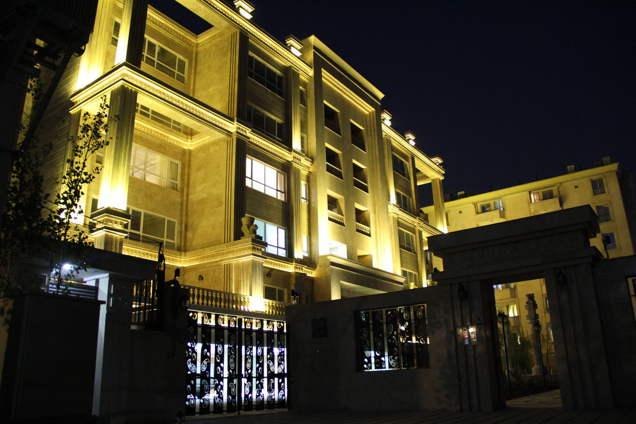 نمای ساختمان با نورپردازی